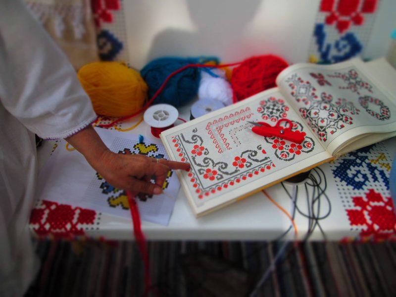 Semne cusute românești pe mobilier tradițional