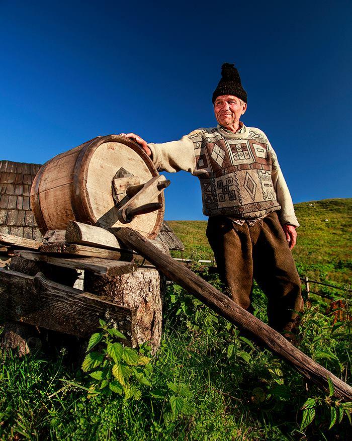 despre cum se fabrica untul prin metode traditionale, la stana lui Vasile Alboi, in Muntii Rarau - copyright Sorin Onisor