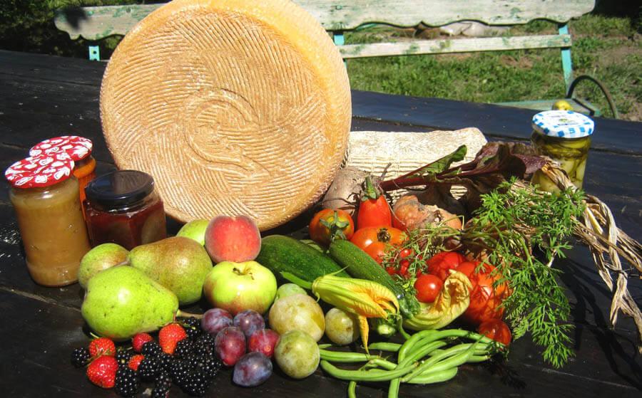Brânză si legume, borcane si ierburi de la Asociatia Curtea Culorilor din judetul Timis