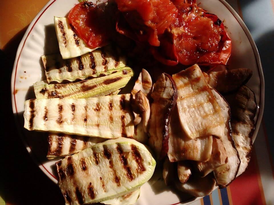 Mic dejun cu hribi, dovlecei şi roşii la grătar